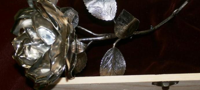 Rosa-Para la mano de una imagen de tama�o natural, realizada en metal plateado, con los filos de los p�talos en color metal