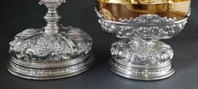 Juego de Caliz y Patena-Realizados en metal cincelado y plateado